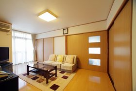 和室だった居間は、壁・床・天井のクロスを貼り換え、建具も新調。既存の和室、玄関などと調和がとれた明るいリビングに。