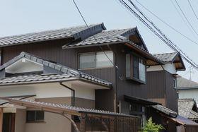 外壁は、重厚な色合いのサイディングで仕上げ、屋根は重量感があるKMEWのROOGAを採用。軽量で、建物への負担が少ない瓦。