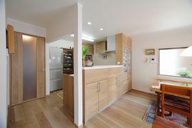薄暗かったキッチンも明るくなり、吊り戸棚、家電用のトール棚などですっきり収納。全体の内装を統一感があるようにトータルコーディネート。
