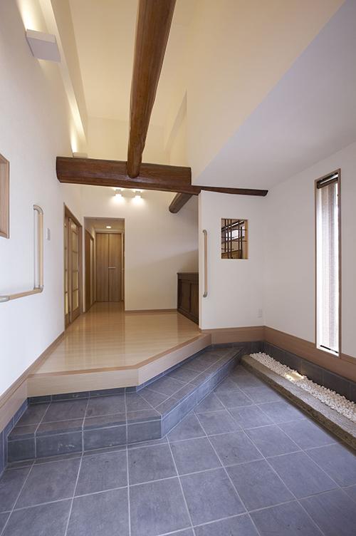 完成後 梁を見せて、天井近くに間接照明、袖壁に飾り窓、手すりも設置しました。