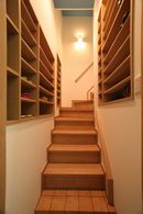 AFTER:2階に上がる階段に、壁の厚みを利用して、かつてはなかった、大容量の下駄箱を、造りつけました。
