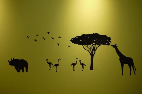遊び心たっぷりに、動物のステッカーを貼った壁