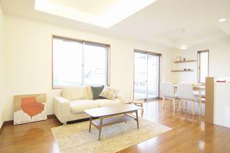当社施工例シンプル&ナチュラルをイメージ白い壁、家具もナチュラルなものを選択