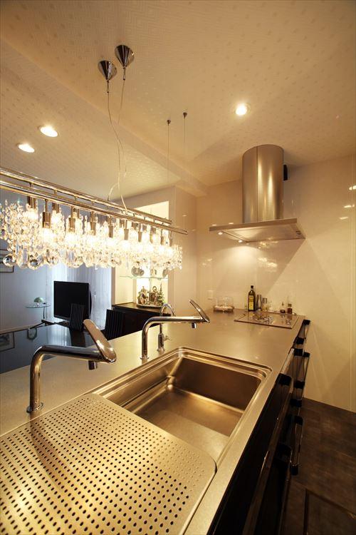 トーヨーキッチン製クリスタルグラスのシャンデリアがきらめくダイニングキッチン