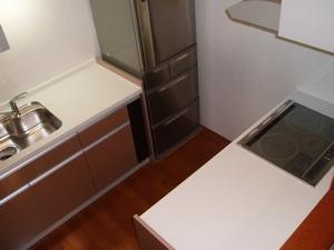 壁付けのI型キッチンも、IHクッキングヒーター部分を移動、 Ⅱ型にして、明るく開放的な対面式キッチンを実現しました
